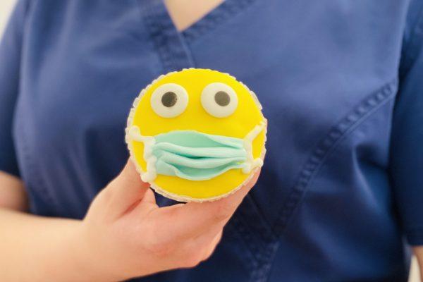 Corona-Muffin: Kieferchirurgie Königsallee wählt bei Mitarbeiter-Challenge originellstes Kuchen-Motiv