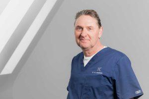 Dr. Dr. Martin Bonsmann ist Arzt und Zahnarzt. Als Referent über Implantologie ist er für viele medizinische Gesellschaften aktiv.